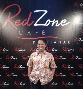 Penulis di depan booth Redzone Cafe Pontianak. Foto Istimewa