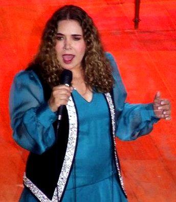 Foto de Tania Libertad cantando en el escenario