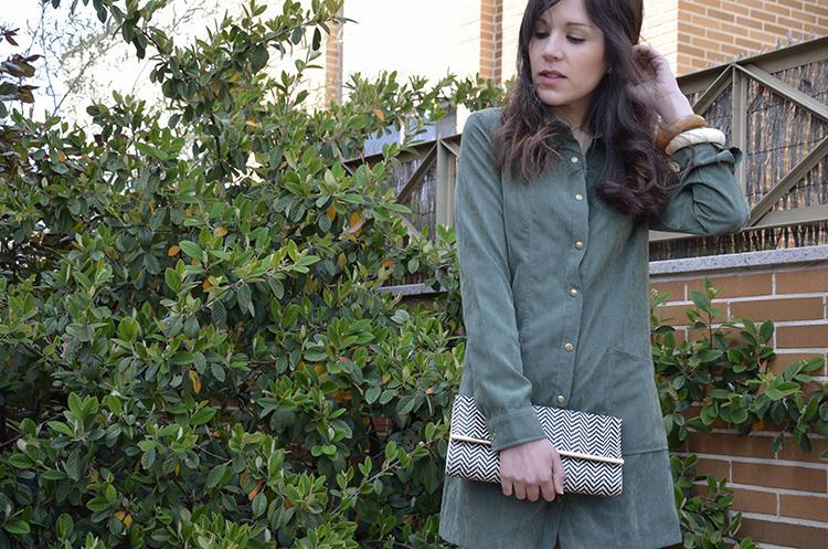 vestido-camisero-verde-look-blogger-outfit-sandalias-clutch