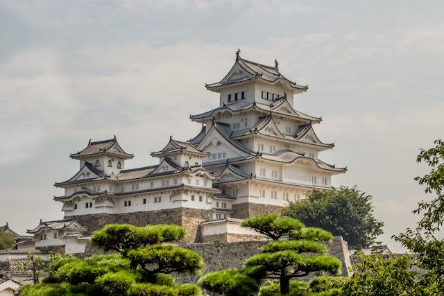 Vista tópica del castillo de Himeji :: Canon EOS1300D | ISO100 | Canon 28-105@50mm | f/14 | 1/160s