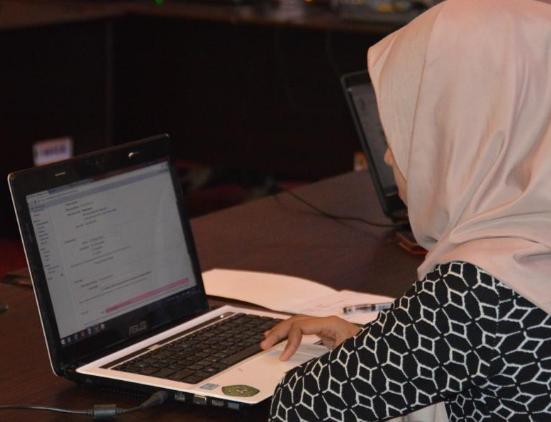 Gambar wanita sedang fokus dengan notebook