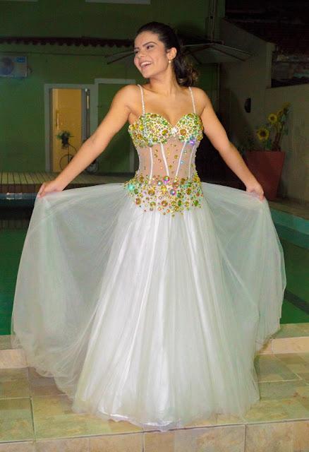 Vestido de debutante, ensaio, Laura Bareto atriz, festa 15 anos