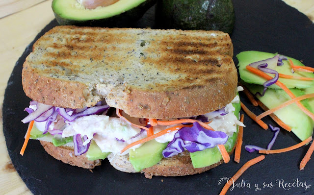 Sándwich de pollo con mayonesa y aguacate. Julia y sus recetas