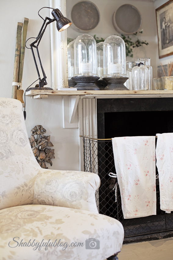 This shabby chic style fireplace and mantel display is so charming, I'd love to recreate this in my own home.
