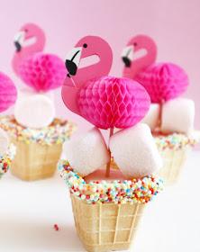 traktatie met flamingo, traktatie zomers, tropische traktatie, traktatie voor in de zomer, flamingo prikker, ijsbekertjes voor traktatie, traktatie met spekkies, traktatie diy