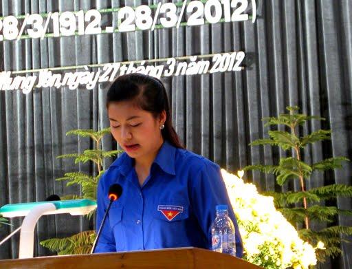 Em Bùi Thị Lê đại diện cho thế hệ trẻ tỉnh nhà phát biểu tại buổi lễ