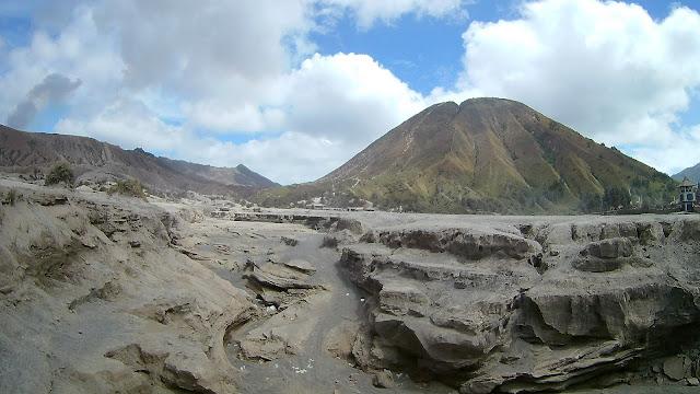 Pequeños cañones que hay que sortear para llegar al cráter del volcán Bromo.