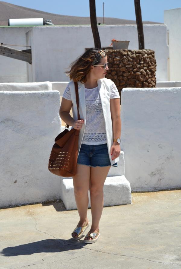look_verano_chaleco_blanco_sandalias_doradas_lolalolailo_03
