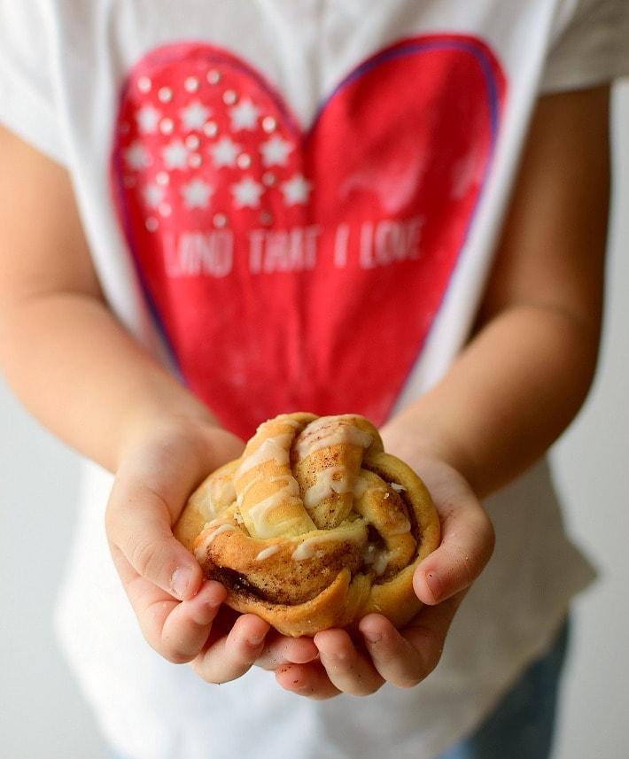 Pequeños rollitos de canela, mantequilla y azúcar. En lugar de los rollos tradicionales, se hacen en forma de nudo.
