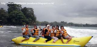 Bermain banana boat di Batu Karas