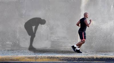 كيف يمكنك التغلب على الاحساس بالخمول والنوم والكسل الزائد فى رمضان رجل مجهد متعب ضعيف يجرى ممارسة الجرى الرياضه man tired work out running exhausting