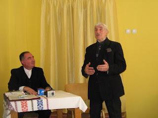 Simion Man la una din sesiunile Şcolii Biblice Maranata,  primavara 2006, alături de fratele Ioan Panican.