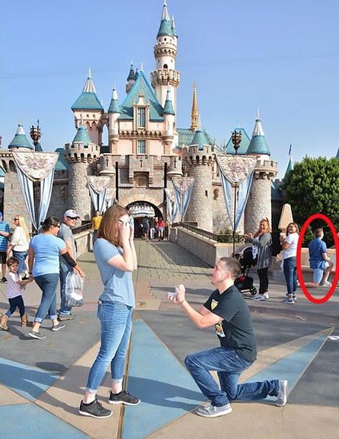 Este menino perguntou a sua namorada, mas logo atrás dele outro menino fez o mesmo