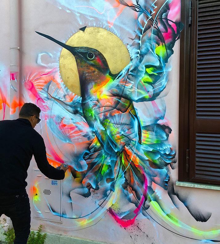Figuras de pájaros emergen de una ráfaga cinética de pintura de aerosol