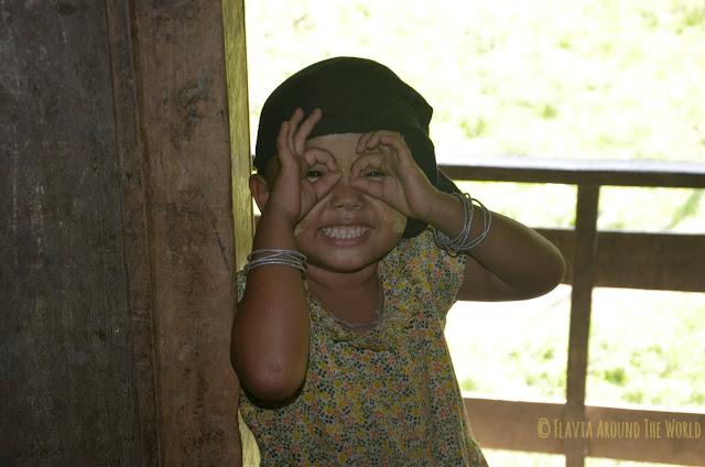 Niña Chin divisándome con prismáticos