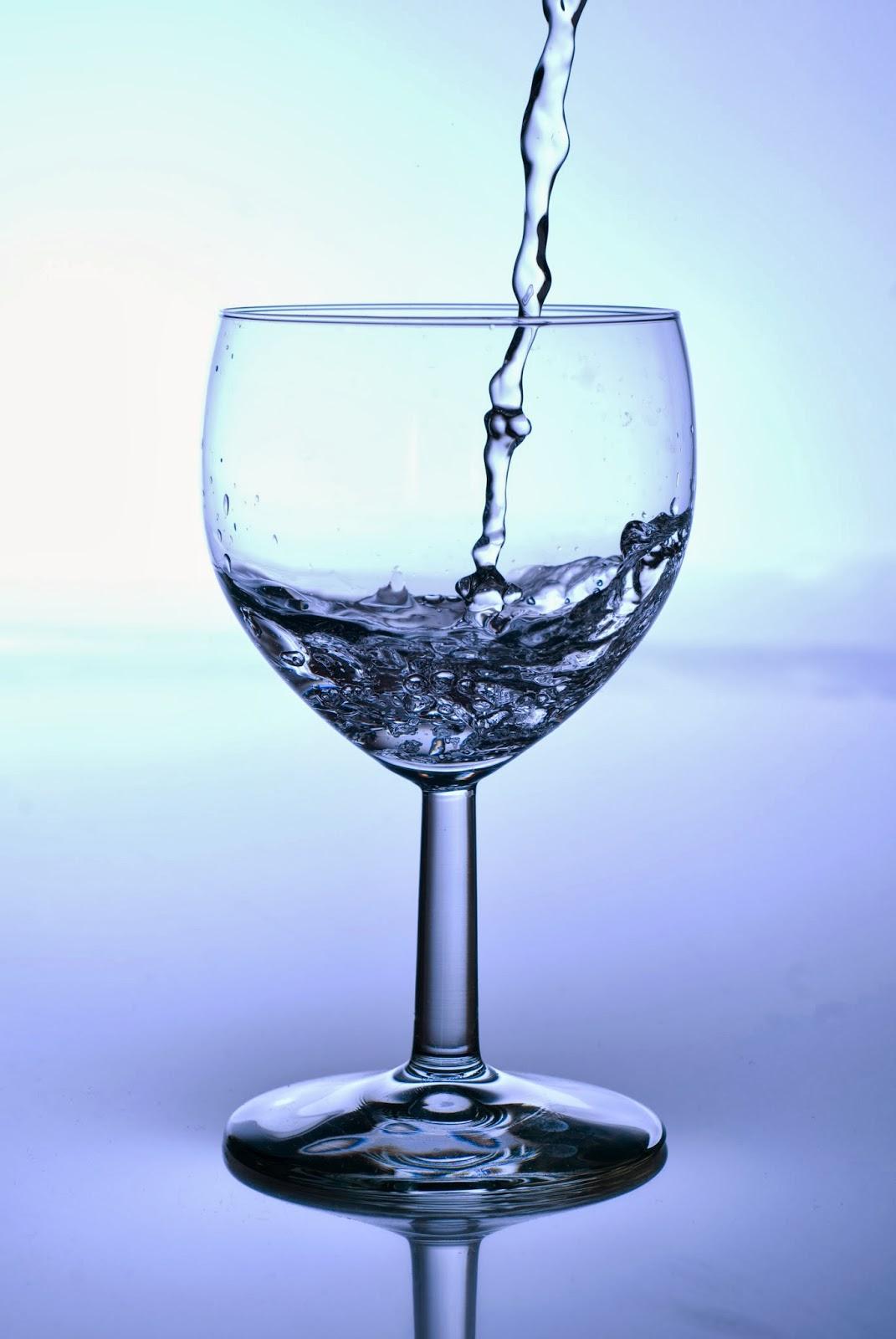 ¿Beber agua en las comidas engorda?