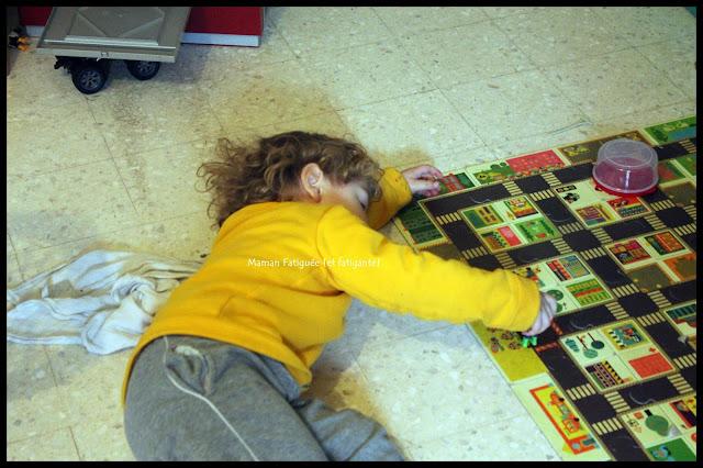 enfant joue par terre