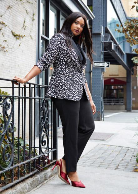 Девушка плюс сайз в зауженных брюках и леопардовом жакете