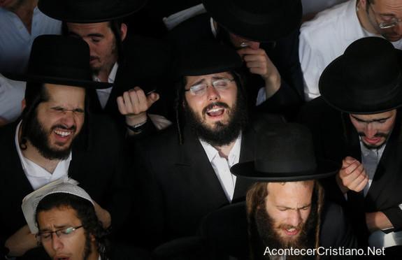 Judíos ortodoxos orando en Israel