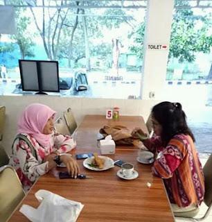 Djeni Eka Wardhani bersama teman di Depot Semeru Malang
