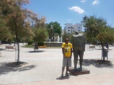 Shoulder shrugs in Plaza Campillo
