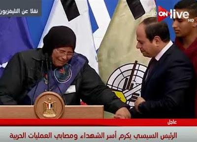 لحظة بكاء السيسي متأثرا بكلمة والدة الشهيد محمود العواد