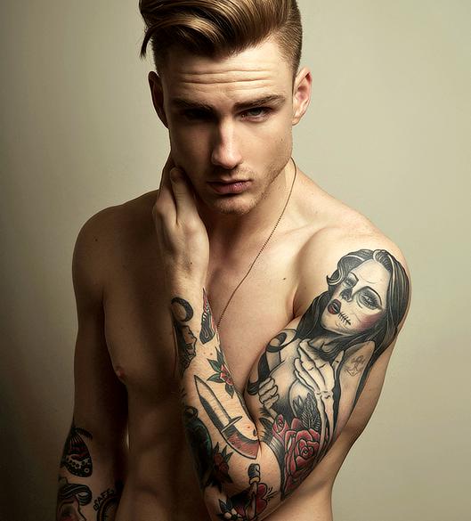 Vemos a un chico con tatuaje de catrina en el brazo