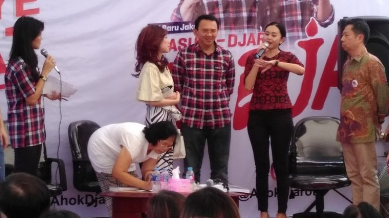 Aura Kasih datang bersama Sonia Wibisono
