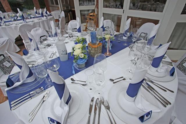 Tischdekoration in Blau und Weiß - Center pieces white and blue - Mafia meets Lederhos´n - Hochzeit im Riessersee Hotel Garmisch-Partenkirchen, Bayern - Wedding in Bavaria, #Riessersee #Garmisch #Hochzeit #wedding #Location #wedding venue #Bayern #Bavaria