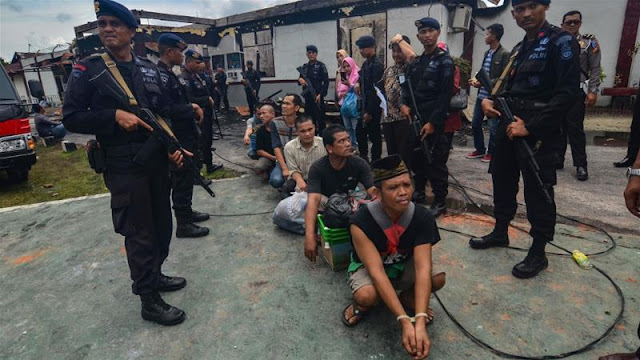 Indonesia: Polis memburu banduan selepas rehat penjara massal di Sumatera