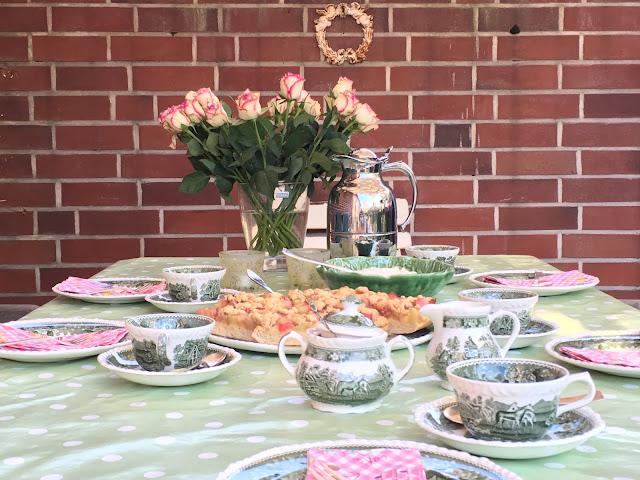 Rhabarberkuchen weniger süß, eine herrliche Tischdeko.