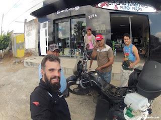 Consertando a buzina da moto.