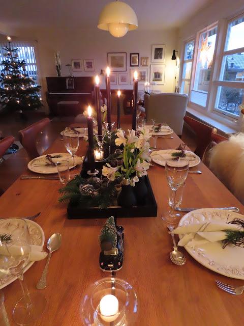 Borddekking til julehøytiden - sort, grønt og hvitt. Hele bordet med utsyn mot resten av stuen IMG_0105
