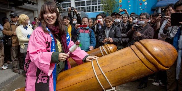 www.fertilmente.com.br - Com uma legião de seguidores, o festival do falo de aço celebra o poder do falo sagrado, sendo exposto abertamente  sendo considerado pelos praticantes da religião Shinto como um amuleto sagrado de sorte e prosperidade!
