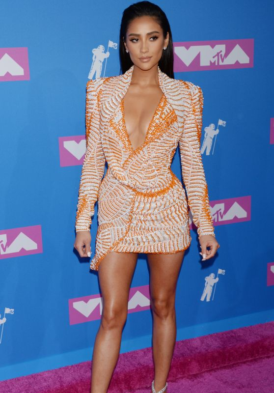 Shay Mitchell channels Kim Kardashian at the 2018 MTV VMAs