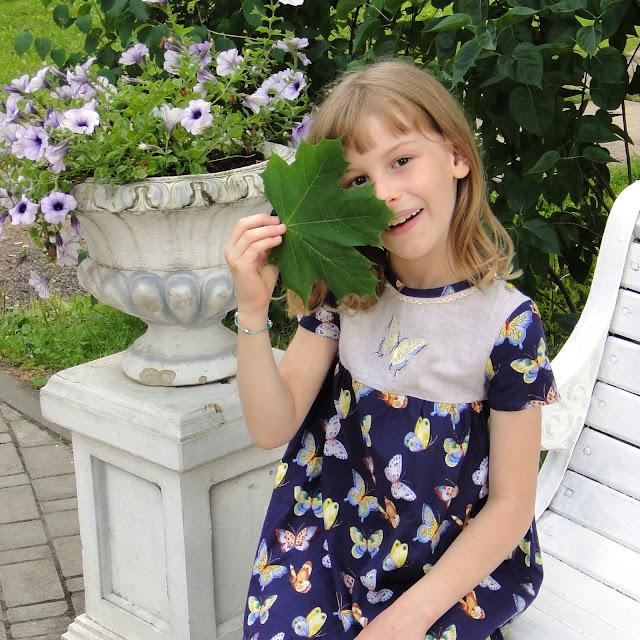 Нарядное детское платье для детского сада. Синее натуральное платье с бабочками. Ручная работа, вышивка, натуральный хлопок и лен.