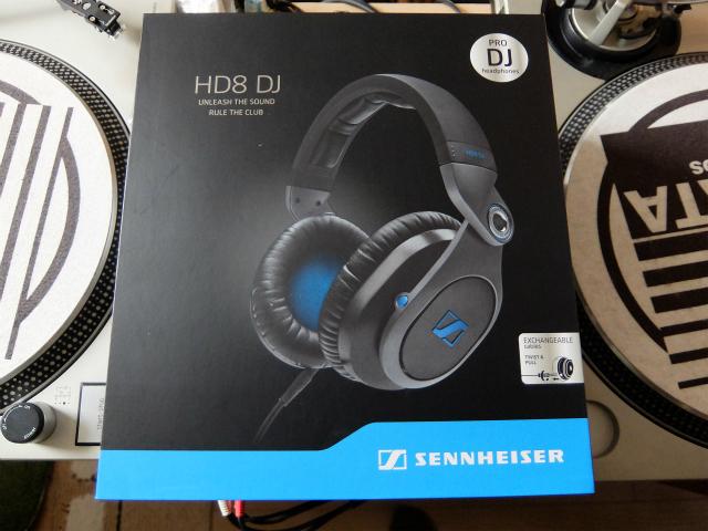 ゼンハイザー社の高機能DJ用ヘッドフォン「HD8 DJ」の外装写真です。