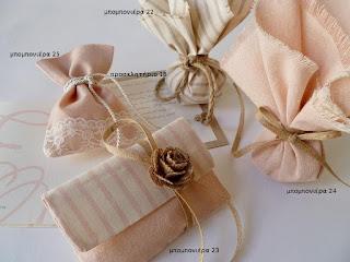 προσκλητηριο γαμου χειροποιητο ρομαντικο με μονογραμμα ροζ σε χαρτι λευκο και kraft-μπομπονιερα γαμου ρομαντικη σε σομον ψαθα δαντελα και ριγα