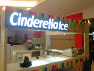 Huruf timbul akrilik yang memakai lampu untuk toko di mall