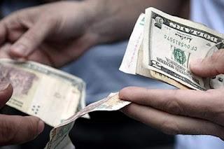 Los vendedores callejeros de dólares ahora deberán tener vestimenta o señal identificatoria de la agencia para la cual trabajan.