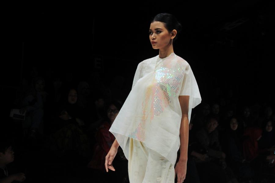Thepengyo fashion holographic sequin blouse from kahfiati kahdar at jakarta fashion week 2017 stopboris Gallery