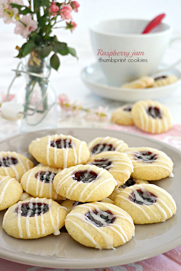 Raspberry jam thumbprint cookies recipe ricetta biscotti friabili con marmellata confettura lamponi buonissimi mandorle