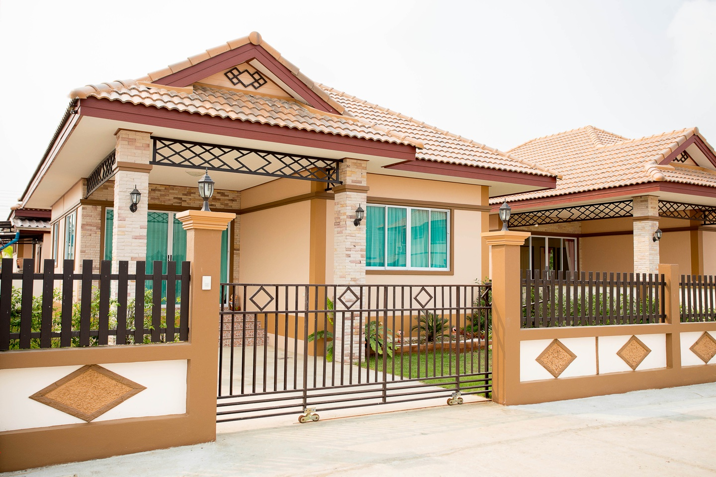 Living in bungalows makes it easy to enjoy more down time. You do not have many levels to clean, to vacuum or too many bathrooms to scrub and bedrooms to maintain. Today, we will show you these bungalows are the best option for you!