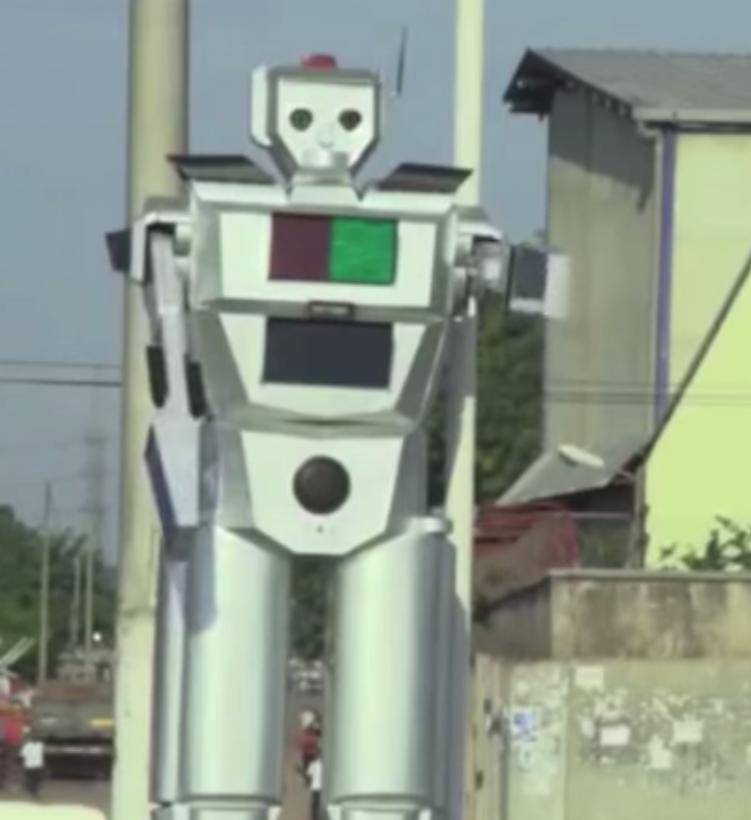 Un robot dirige il traffico a Kinshasa