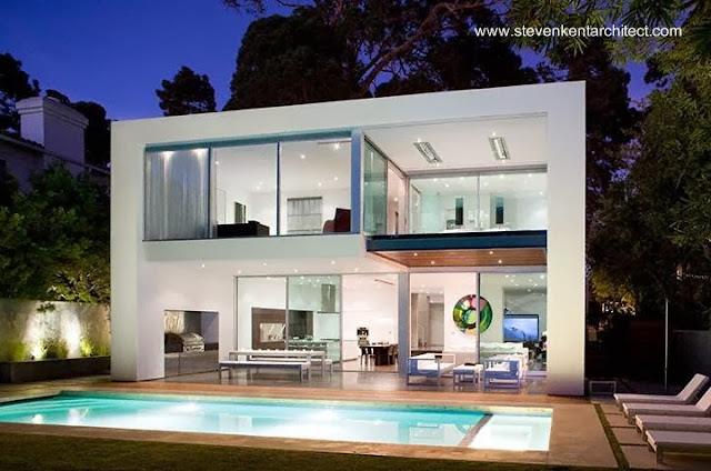 Residencia de dos plantas en Santa Mónica, California con piscina exterior
