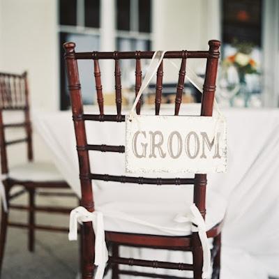 Decorar las sillas de los novios de forma personalizada