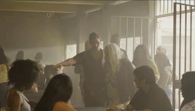 Lurdes (Regina Casé) e Magno (Juliano Cazarré) encontram Kátia (Vera Holtz) na prisão para visita a Domênico — Foto: Globo