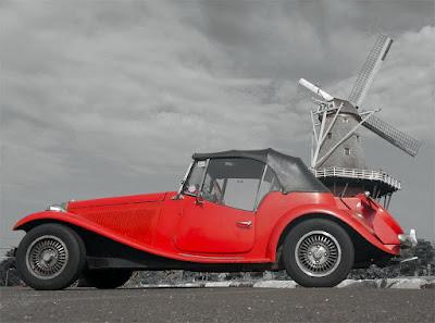 Um MP Lafer estacionado diante de um moinho.