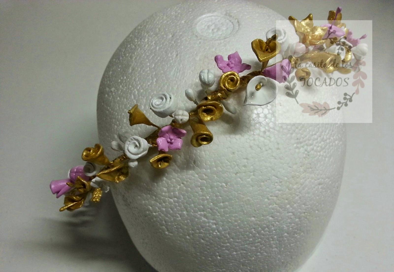 corona de flores de porcelana artesanal pintada en dorado, blanco y rosa