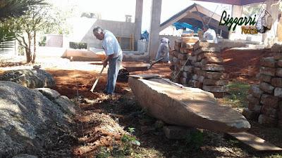 Bizzarri, da Bizzarri Pedras, trabalhando, fazendo um acerto de terra onde vamos fazer o calçamento de pedra folheta e a escada de pedra folheta.